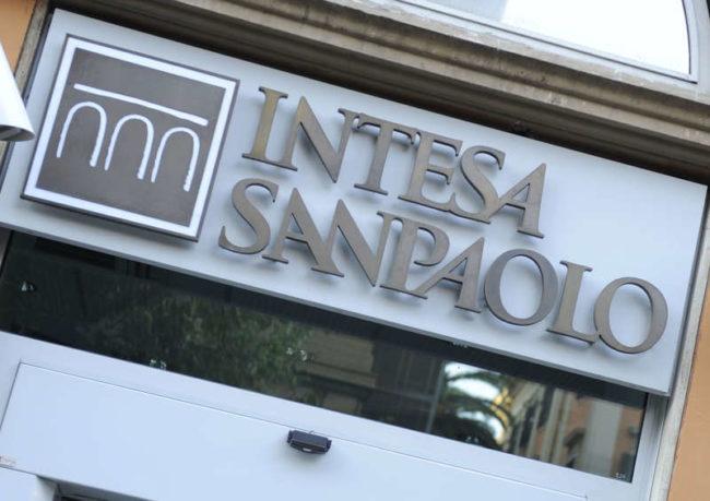 Una filiale del gruppo Intesa San Paolo con sede a Roma. Tutte e cinque le banche italiane oggetto degli stress test europei li hanno superati. Si tratta Intesa Sanpaolo, Unicredit, Mps, Banco Popolare e Ubi Banca. ANSA / DANILO SCHIAVELLA / PAL